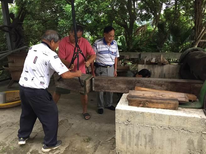 峨眉天主堂有一個榨苦茶油的木製器具,重現古早生活。(邱立雅攝)