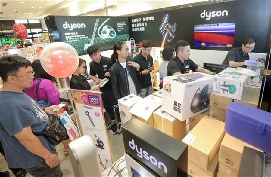 dyson專櫃買氣好,銷售人員結帳沒停過。(盧禕祺攝)