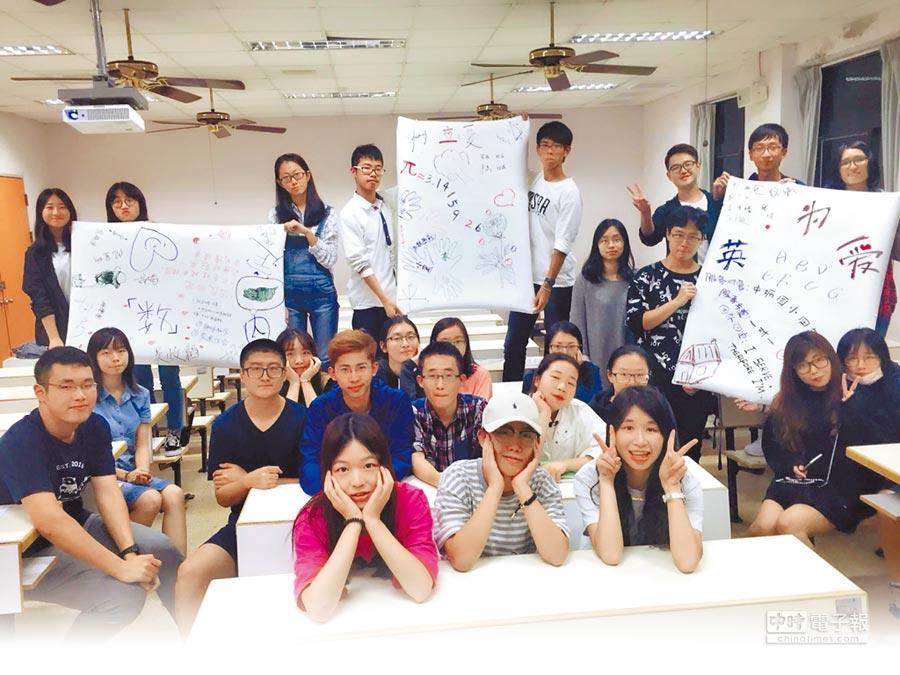 中原大學推動境外生當志工提供多國語言教學。(中原大學提供)