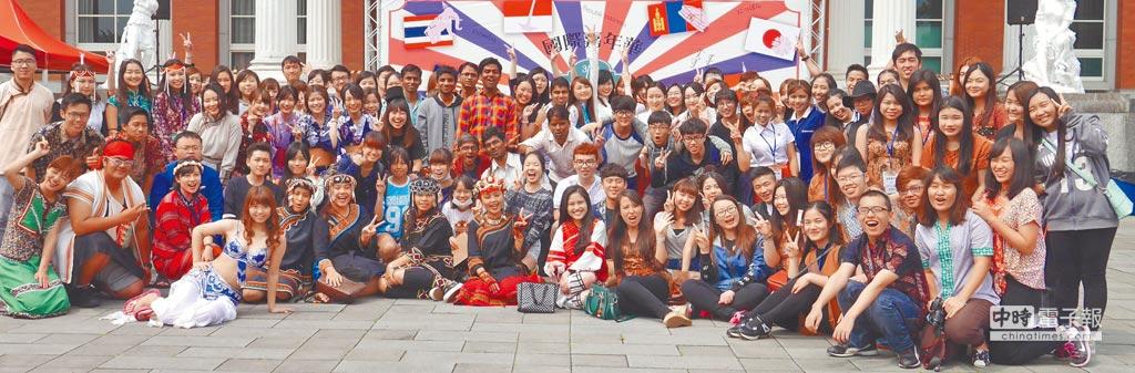 亞大加速國際化,吸引18國、300多位國際學生就讀,且常舉辦國際嘉年華展,邀請眾多的國際學生參與。(亞大提供)