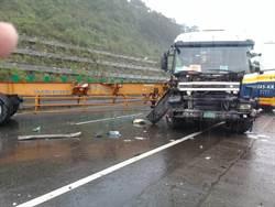 台62線貨櫃車打滑 小貨車閃避不及撞上