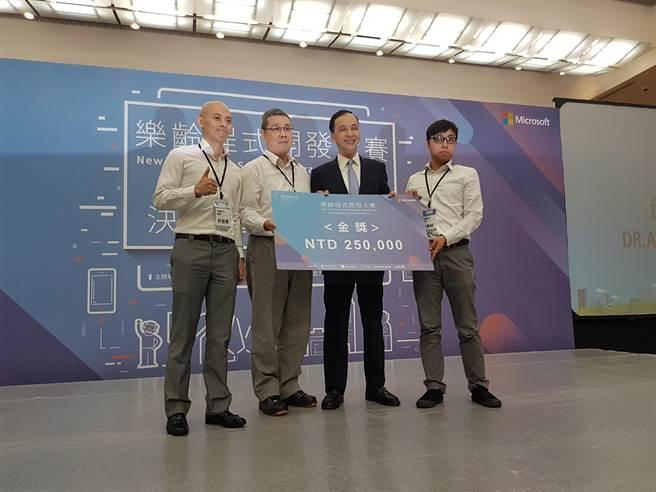 新北市政府與台灣微軟公司合辦「樂齡程式開發大賽」,20日舉行決賽頒獎典禮,市長朱立倫頒獎給第一名「台灣麥可團隊」,勉勵他們繼續努力。(葉書宏攝)