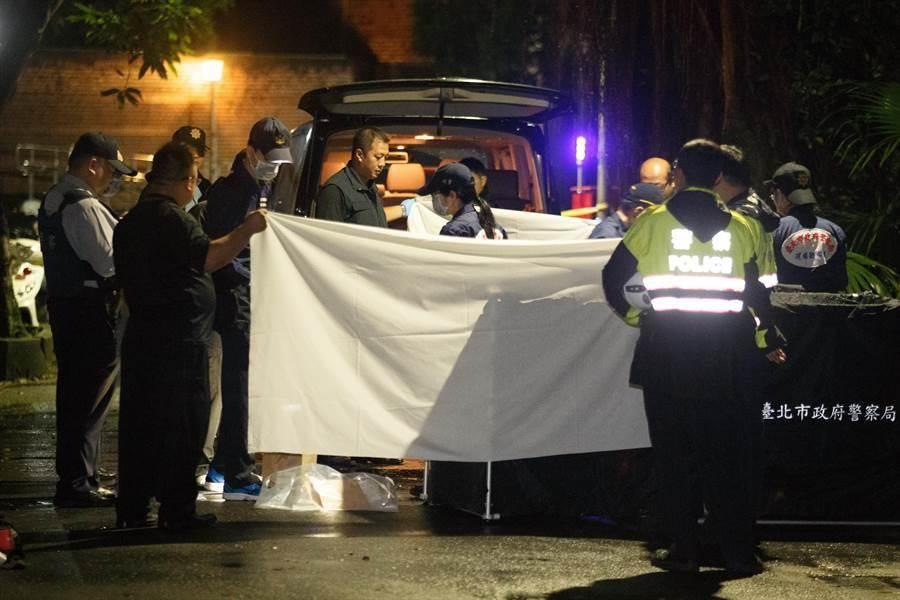 台灣大學今晨發生學生遭潑腐蝕性液體,造成1死3傷。警消抵達後立即封鎖現場並請鑑識人員前來調查。(杜宜諳攝)