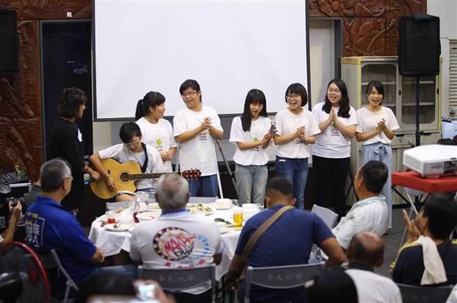 「蹲點‧台灣」學生導演表演部落傳統歌曲,現場族人熱情唱和。(中華電信基金會提供)