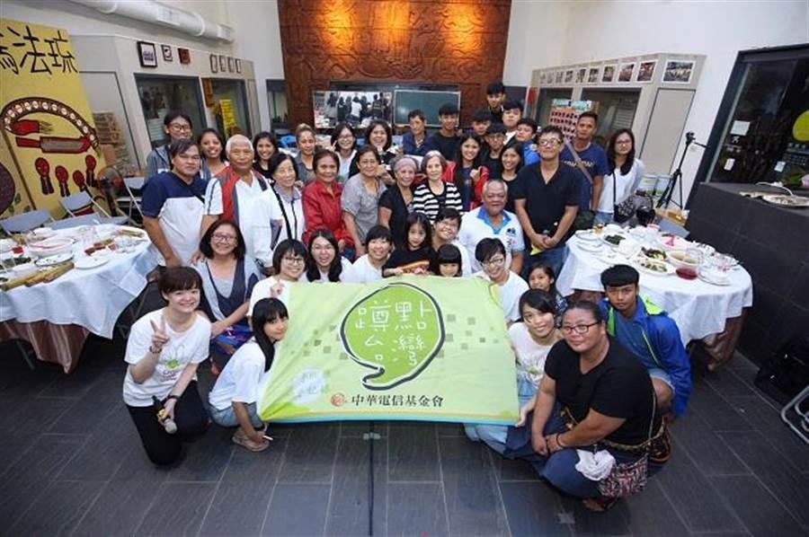 卡大地布族人不受暴雨影響,熱情參加「蹲點‧台灣」部落影展。(中華電信基金會提供)