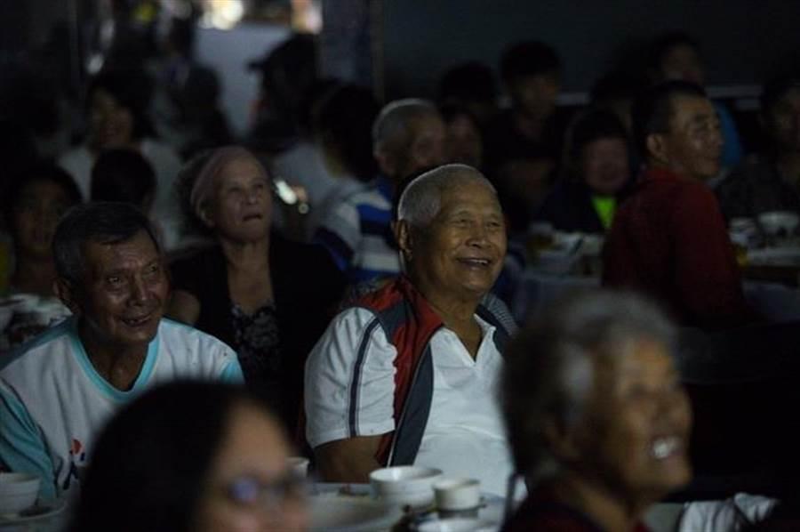 部落族人專注欣賞紀錄片。(中華電信基金會提供)