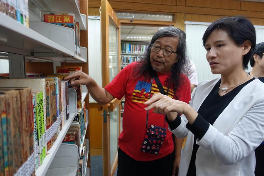 漫畫評論家洪德麟(左)有7000餘本漫畫史料收藏在交大圖書館,文化部長鄭麗君(右)參訪時,兩人討論起早期漫畫書的大小。(許文貞攝)