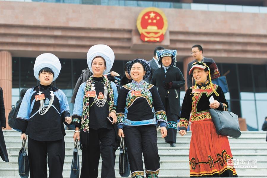 貴州省少數民族中共黨員代表。(中新社)