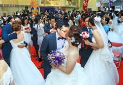 117對新人甜蜜結婚 中市府邀白金婚伉儷分享婚姻之道