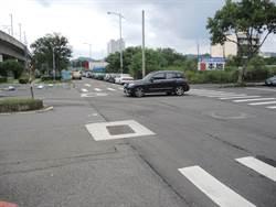 這條路沒有號誌燈 車輛衝衝衝好驚險