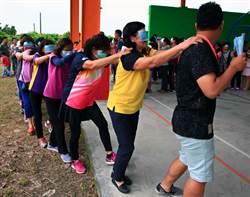 身障體驗嘉年華 民眾戴眼罩體驗盲人