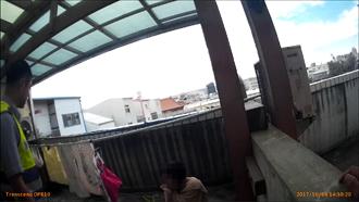 喝毒咖啡屋頂嗨唱 裸女嚇壞鄰居