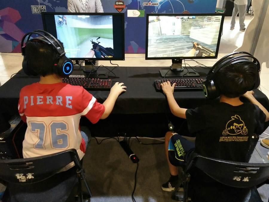 電子競技運動深受小朋友喜愛。(黃邱倫攝)