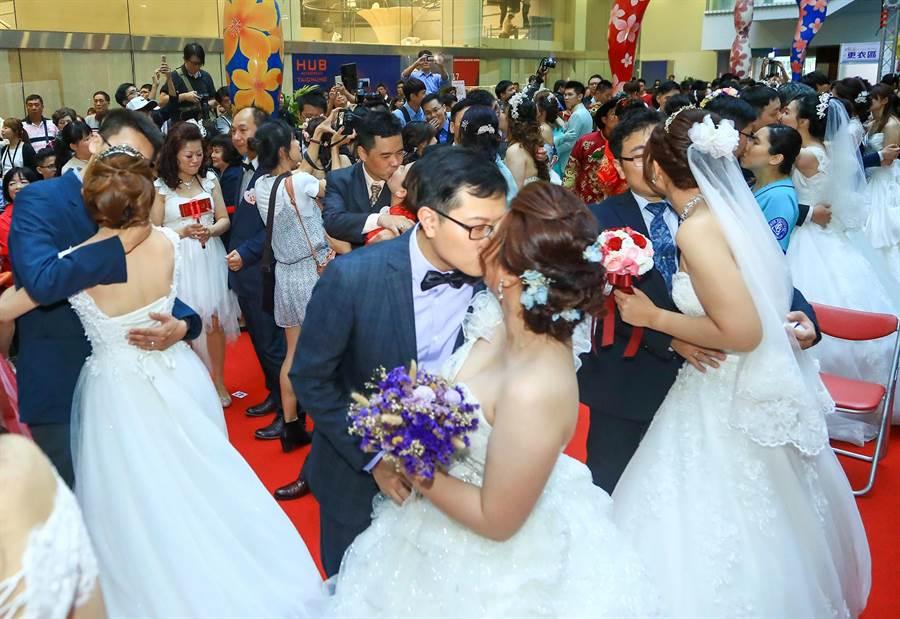 台中市今年度第二場次聯合婚禮,117對新人在市長林佳龍及親朋好友的見證祝福下完成終身大事。(陳世宗翻攝)