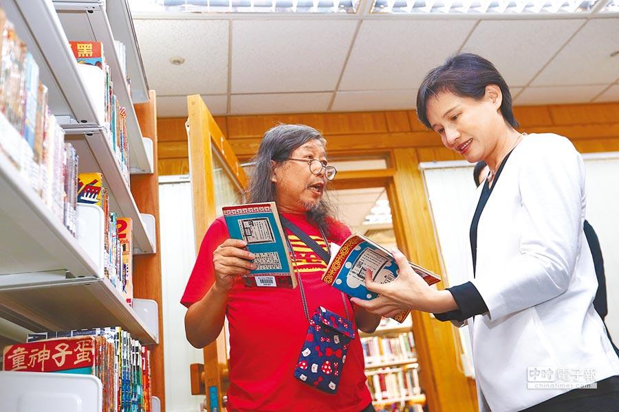 漫畫家洪德麟(左),20日在交大圖書館向文化部長鄭麗君(右)介紹交大漫畫典藏。(徐養齡攝)
