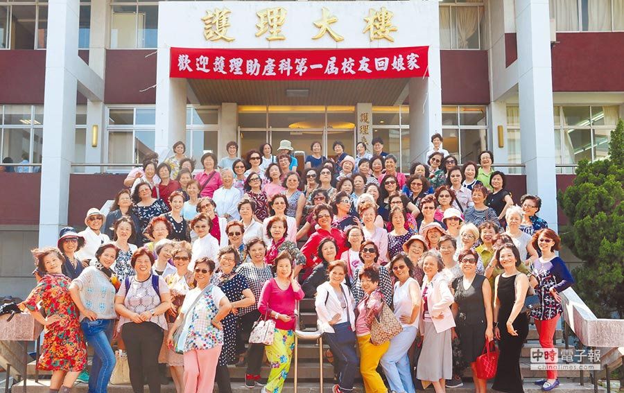 弘光科大第一屆護理助產科校友闊別校園45年,回校舉辦同學會。(陳淑娥攝)