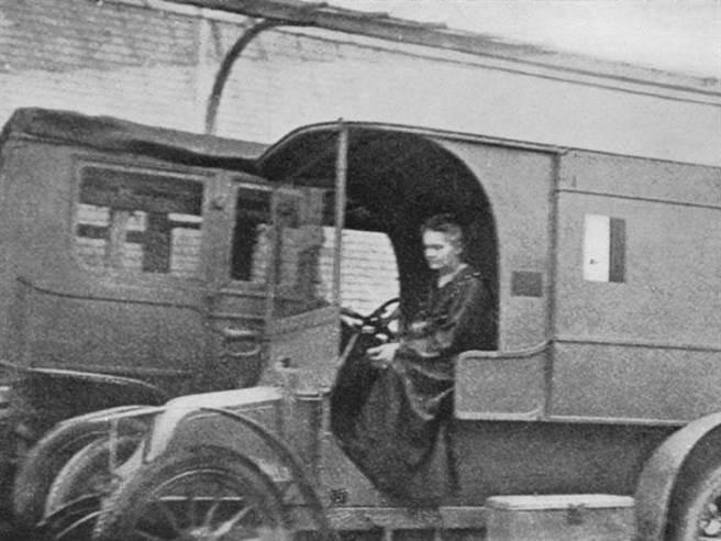 居禮夫人正在駕駛她發明的巡迴X光車,她取名為「小居里」。(圖/史密森尼學會)