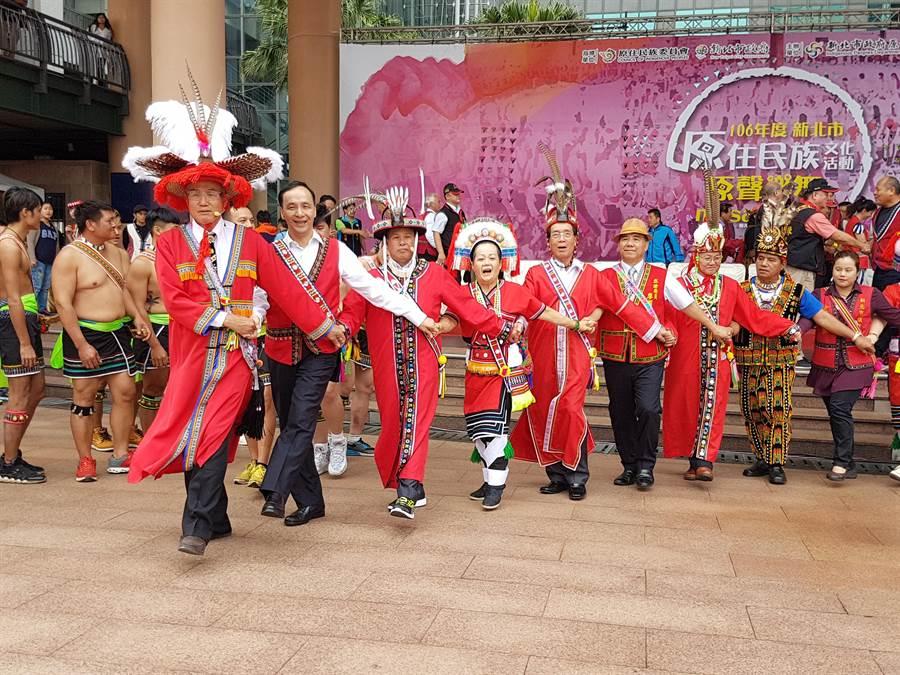 新北市政府22日在市府廣場舉辦原住民族文化活動「原聲樂舞」,市長朱立倫(左二)參加阿美族的歲時祭儀。(葉書宏攝)