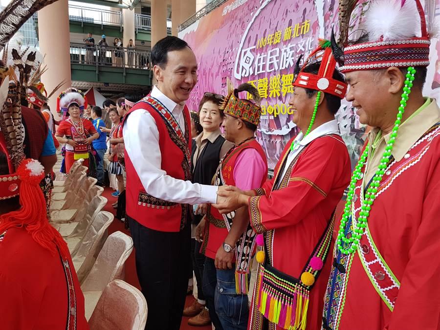 新北市政府22日在市府廣場舉辦原住民族文化活動「原聲樂舞」,市長朱立倫(左)參加阿美族的歲時祭儀。(葉書宏攝)