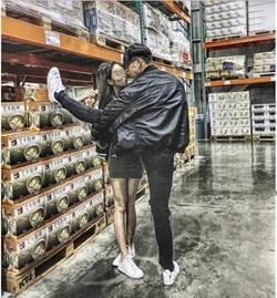 男子在好市多「腿咚」女友!網友酸在抬腿尿尿嗎
