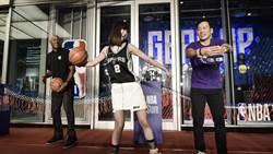 台灣首家 NBA Store 開幕!「全能女神」安心亞展現灌籃球技