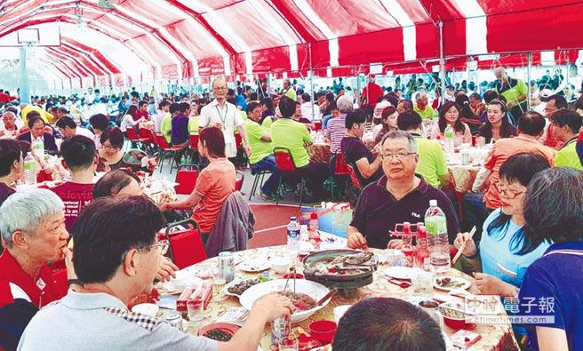 中午並有「千人辦桌」,席開253桌。(呂素麗攝)