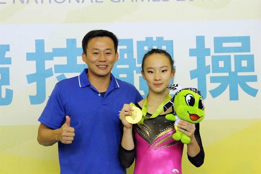丁華恬(右)曾為新北市拿下全運會女子全能體操金牌,如今成為台灣第一位拿到東京奧運參賽資格的體操選手,左為教練蔡恆政。(中時資料照)