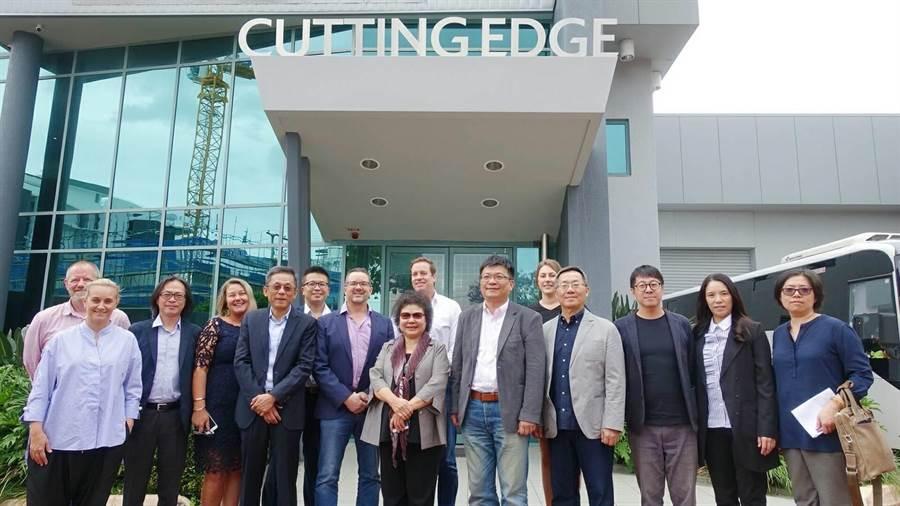 23日高雄市長陳菊(中)率領市府團隊參訪Cutting Edge,爭取對方到港都投資。(柯宗緯翻攝)