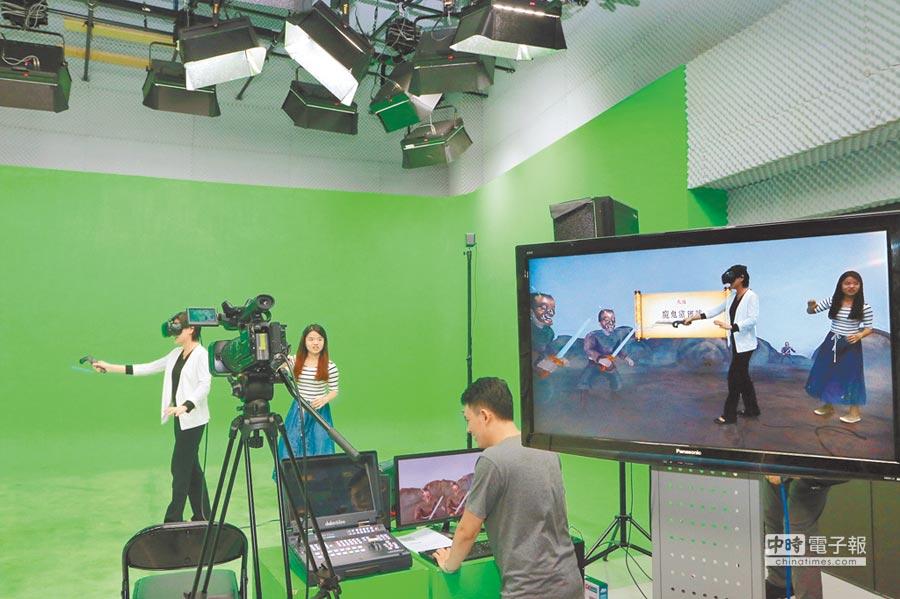 交大客家文化學院把葉宏甲漫畫「大戰魔鬼黨」製作VR動作遊戲,文化部長鄭麗君親身體驗。圖/文化部