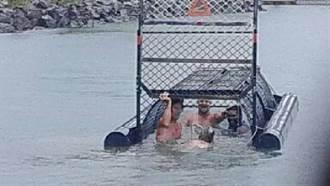 澳洲4名男子鑽進水上鱷魚陷阱籠內嬉鬧 挨轟「世紀白痴」