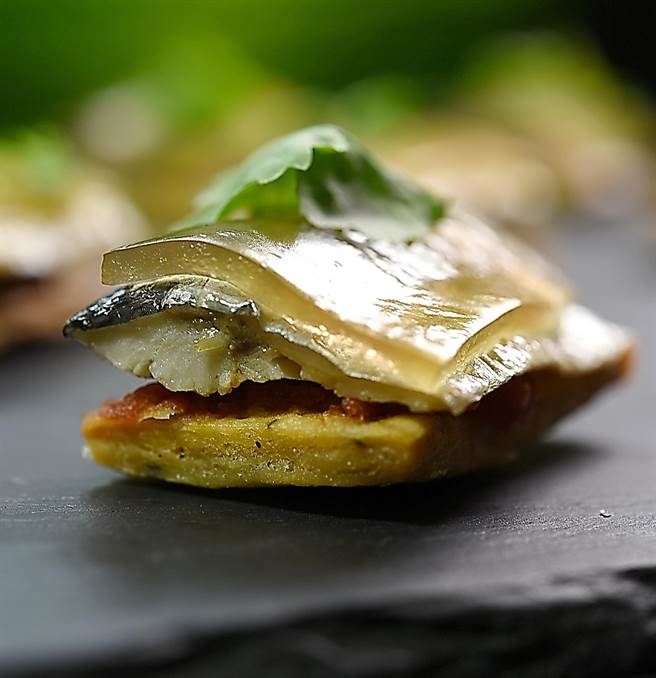 這菜由上往下是高湯晶凍、煙燻秋刀魚、濃縮的番茄醬,底層的塔皮則是用胡椒提味的餅乾,即便是Buffet檯上的菜式,藤本義章做來亦不含糊。(圖/姚舜攝)