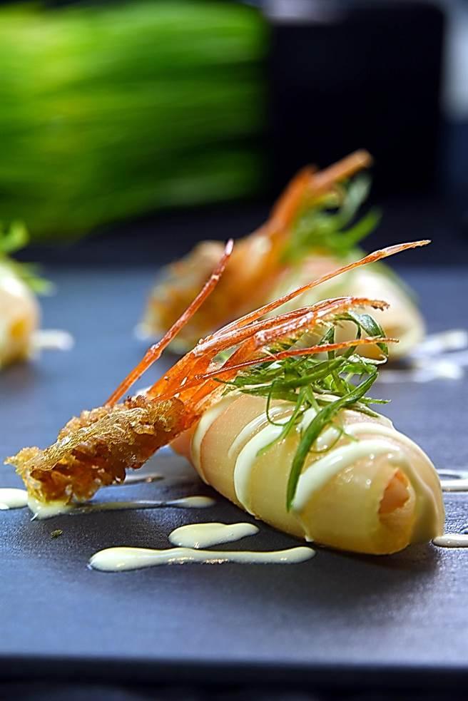 〈洋蔥鮮蝦餃〉是將洋蔥以低溫烤出甜味後,再包裹用高湯煮後的鮮蝦與當季柿子作餡,並用芥末美乃滋提味,再搭配炸酥的蝦頭一起呈盤。(圖/姚舜攝)