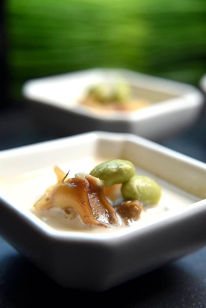 你海鮮盅的底層是用豌豆泥和鮮奶油作的布丁,上層搭配的是用椒欖油和大蒜與鳳螺內臟作醬油封的鳳螺與毛豆,味道甚好。(圖/姚舜攝)