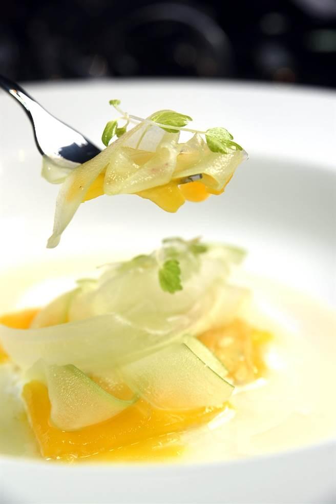 片薄的半透明西芹菜薄片,口感清爽並帶有獨特辛香,可以中和芒果的甜膩,而調過味的可爾必思乳酸則居中扮演平衡角色。(圖/姚舜攝)