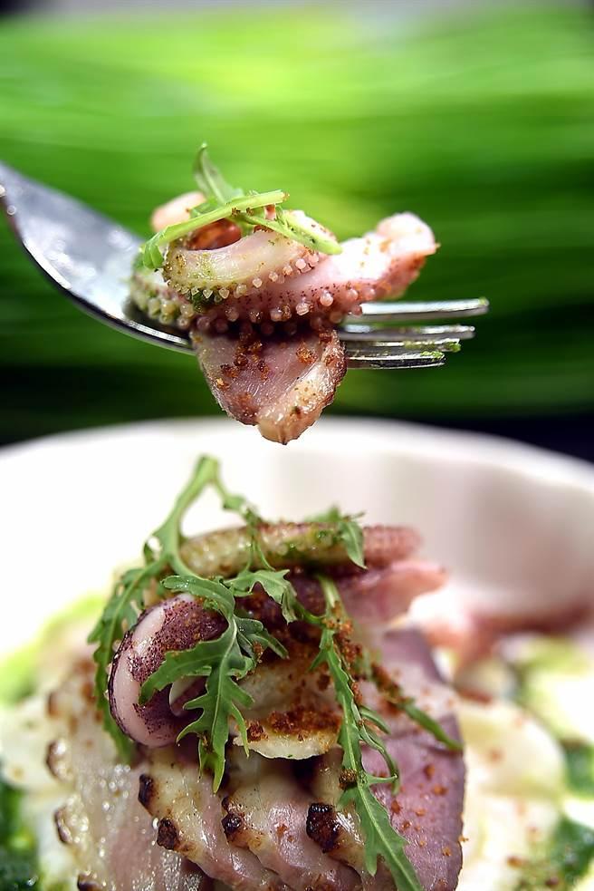 宜蘭盛產櫻桃鴨,藤本義章以用章魚內臟熬煮的醬汁為Sous-vide過的鴨胸肉提味,並搭配水梨片、溫泉絲瓜和章魚腳一起呈現。(圖/姚舜攝)
