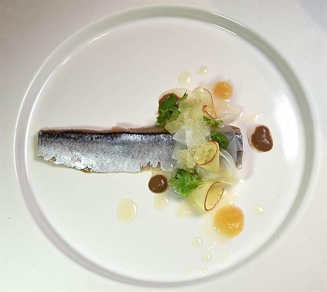 以高湯製作冰砂為冷燻秋刀魚提味,這道海鮮美餚呈盤誘人。(圖/姚舜攝)