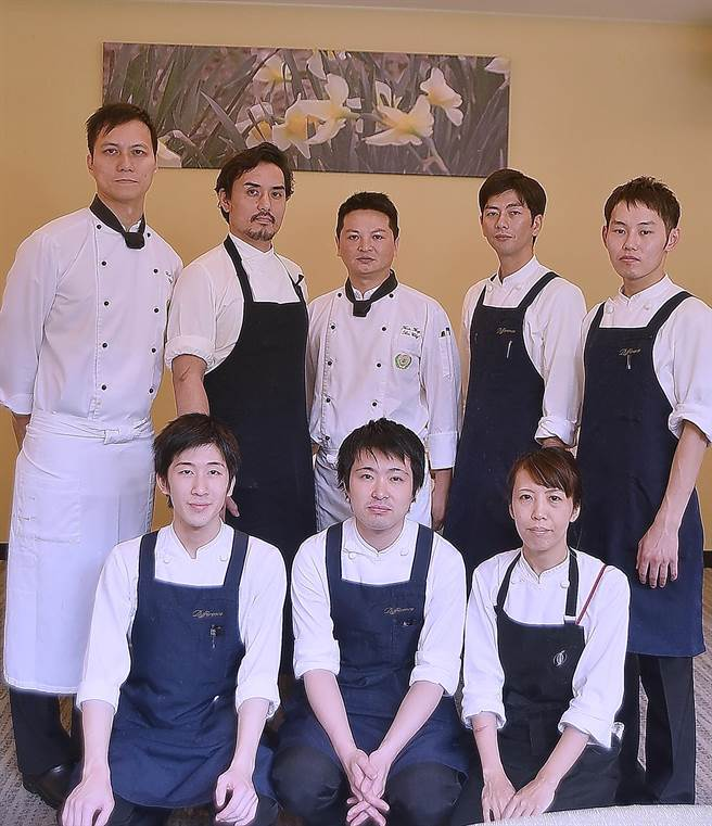 藤本義章(後排左2))率大阪〈Difference〉餐廳廚藝團隊來台,與礁溪長榮鳳凰酒店西餐主廚Rock吳建平(後左1),以及點心房主廚方智輝(左3)一起獻藝。(圖/姚舜攝)