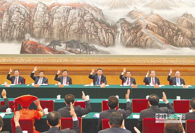 10月17日,中共十九大主席團在北京人民大會堂舉行第一次會議。(新華社)