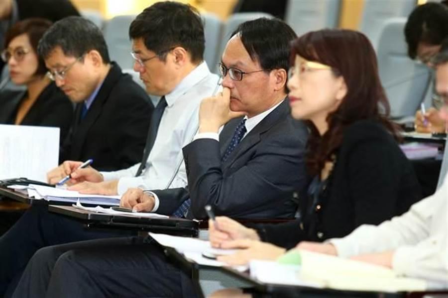 不當黨產處理委員會24日舉行「社團法人中國青年救國團是否為社團法人中國國民黨之附隨組織」第二次聽證會,行政院黨產會主委林峯正(中)出席聽證會。(陳信翰攝)