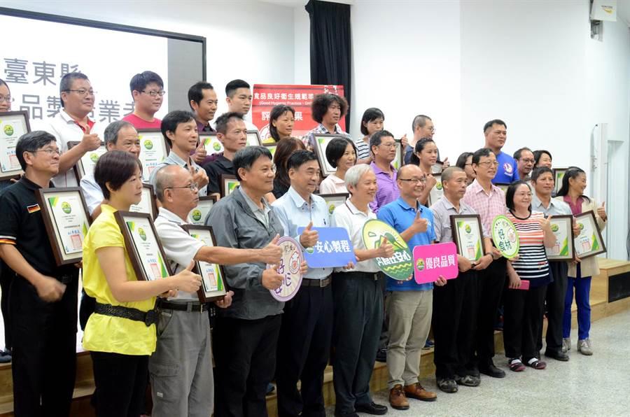 台東縣衛生局頒發餐飲衛生管理分級評核證書,共有113家業者獲獎。(黃力勉攝)