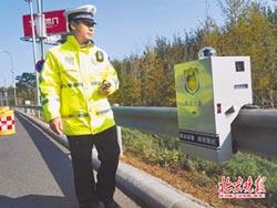 機器人開罰單 沿護欄移動執勤