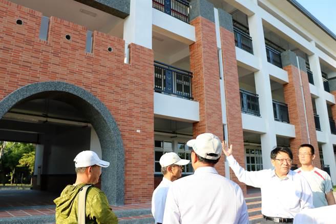 屏東縣長潘孟安(右二)25日到恆春國中視察校舍整建工程。(謝佳潾攝)