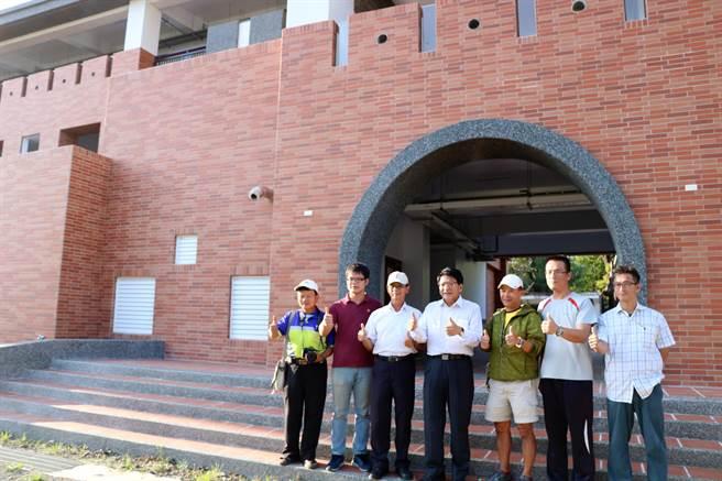 屏東縣長潘孟安(右四)25日到恆春國中視察校舍整建工程。(謝佳潾攝)