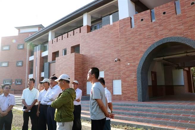 屏東縣長潘孟安(前排左四)25日到恆春國中視察校舍整建工程。(謝佳潾攝)