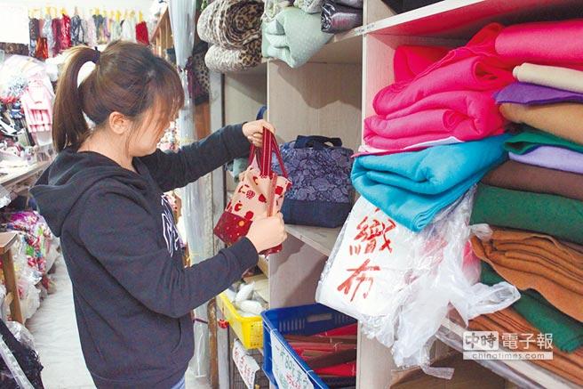 三重碧華布街邀請青年設計師進駐當地布行,共同為提升布街商機努力。(譚宇哲攝)
