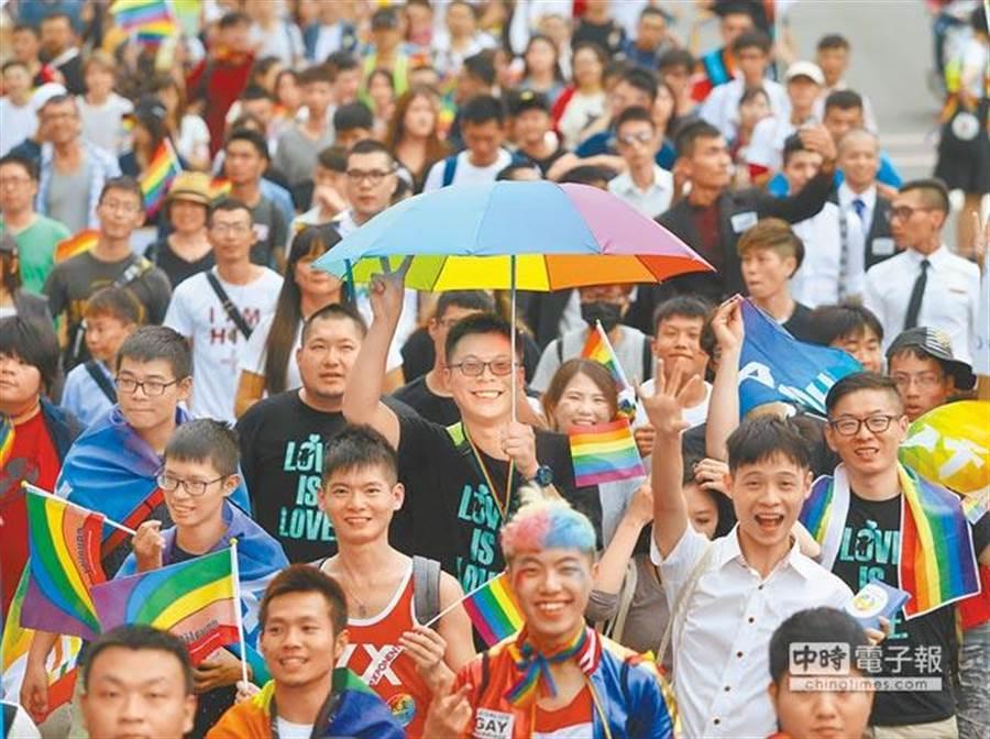 2016年26日第7屆高雄同志大遊行,在高雄勞工公園登場,行經中山、五福、三多等路段,共有近1萬2000名支持者參與。(王錦河攝)