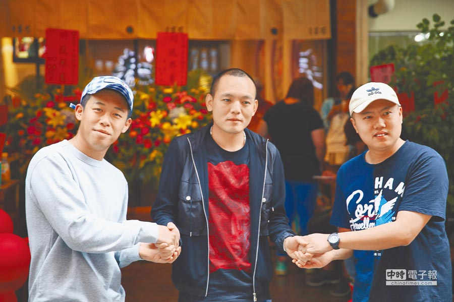 玖壹壹春風(中)的拉麵店昨開幕,團員健志(左)、洋蔥站台聲援。