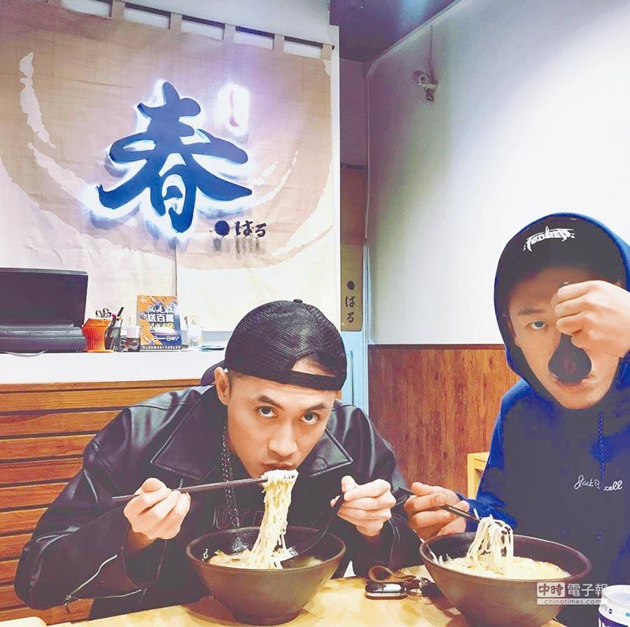 春風的拉麵店試營運期間就有不少好友來捧場。右為健志、左為饒舌歌手BCW。(取材自Instagram)