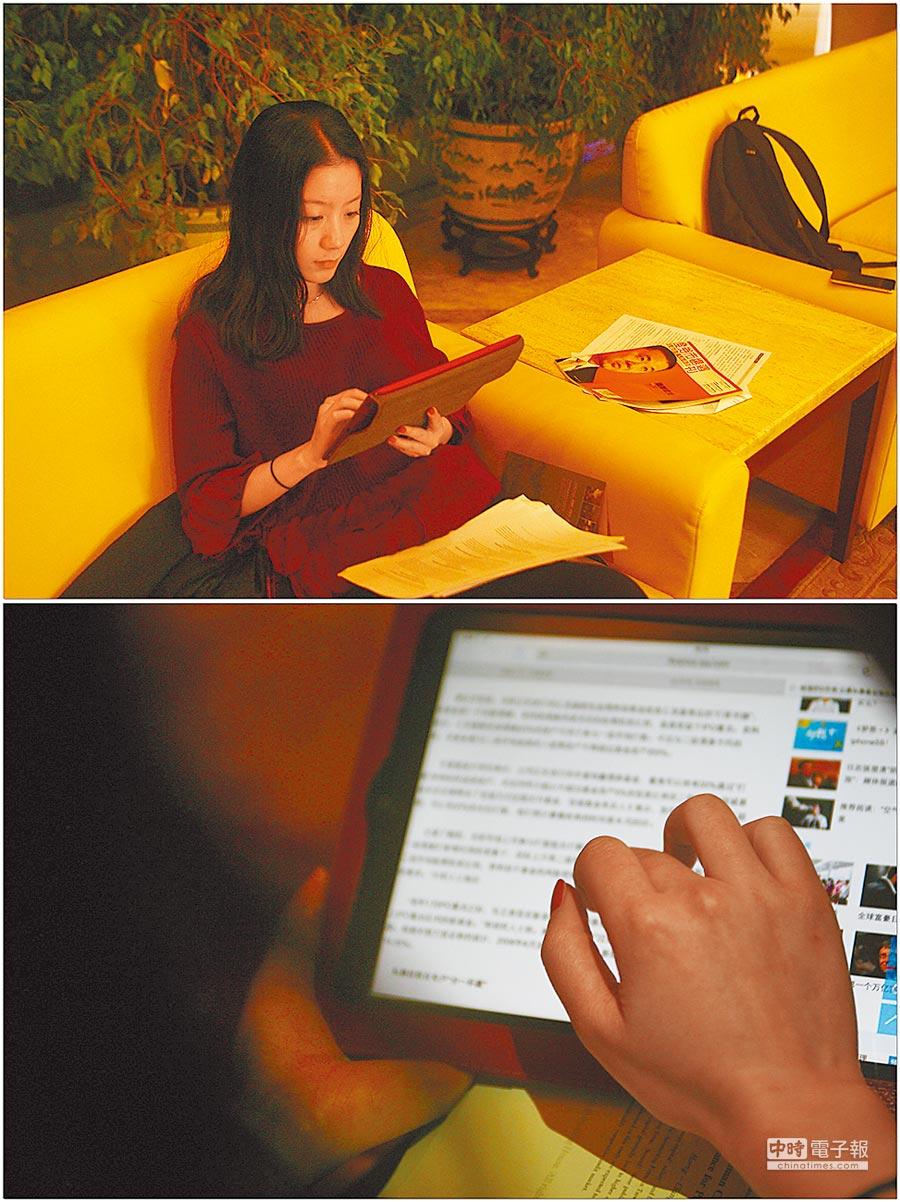 上海女孩在等朋友的空暇時間,用iPad閱讀網路小說。(新華社資料照片)