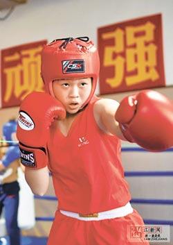 14歲小蘿莉變拳王 一擊KO成年男